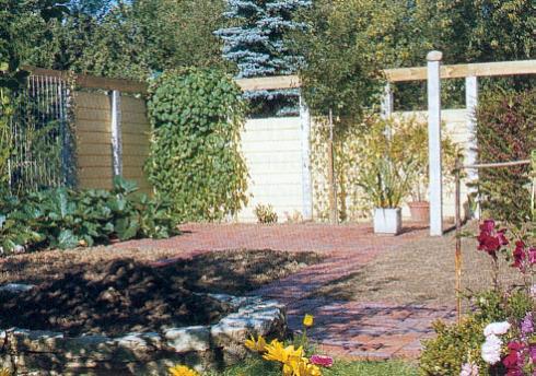 Geschützter Gartenplatz Aus Schutzwand, Pergola Und Rankgitter